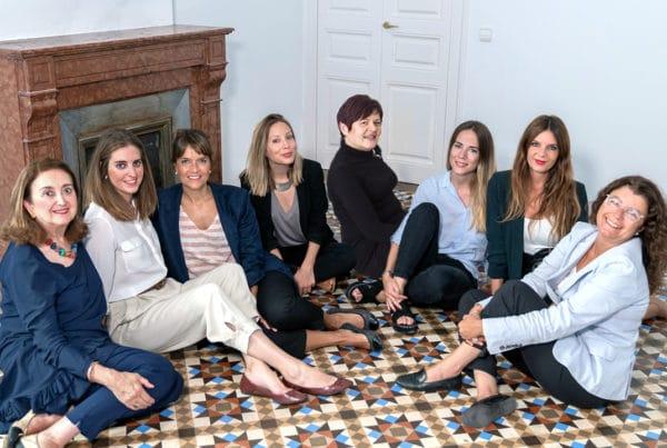 El equipo de Mur&Partners posando sentadas en el suelo de la oficina de Barcelona