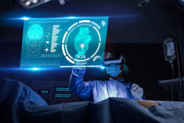 Médico con realidad virtual en la sala de operaciones en el hospital. cirujano que analiza el resultado de la prueba cardíaca del paciente y la anatomía en la interfaz virtual futurista.