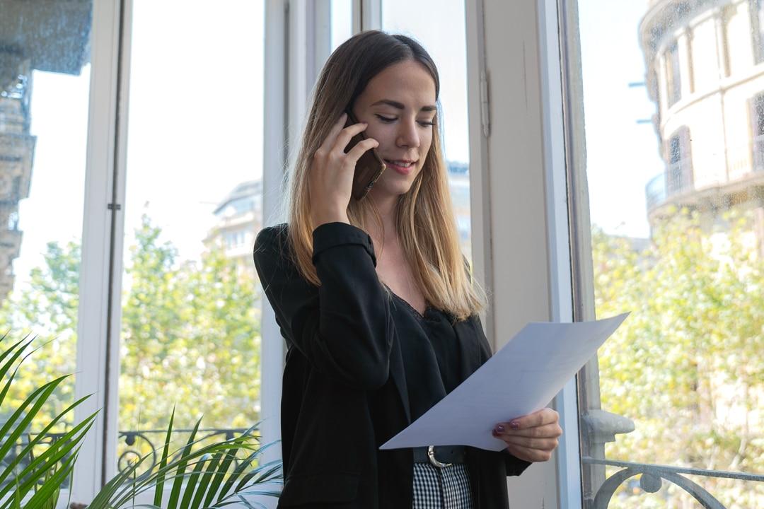 Cristina Díaz, consultora de recursos humanos de Mur&Partners, hablando por teléfono móvil en la oficina.