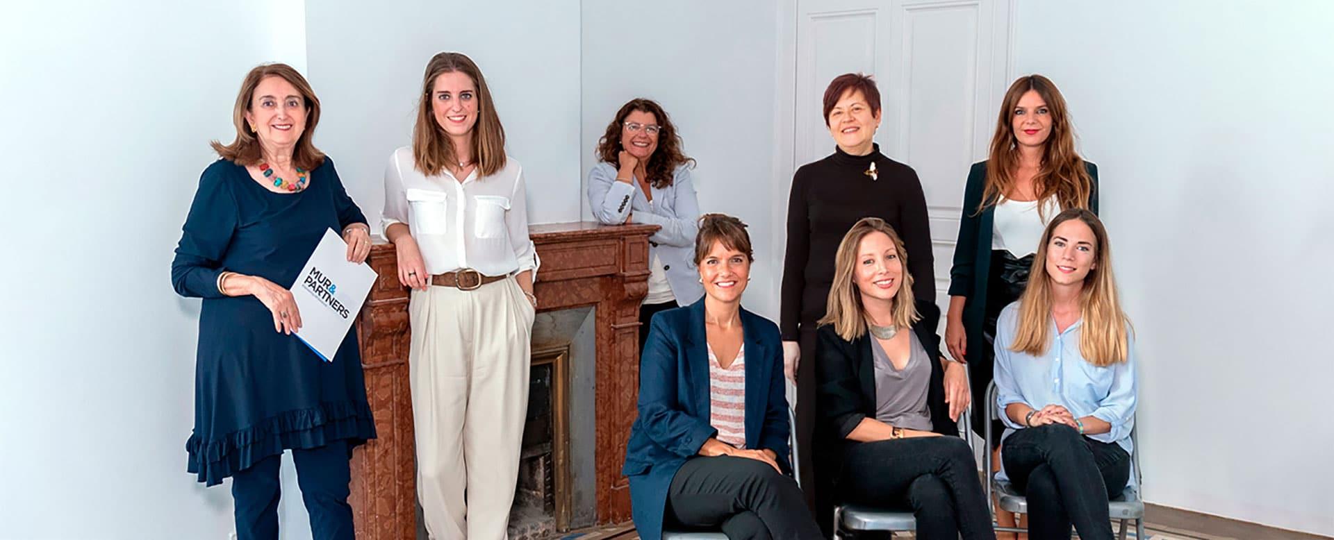 Consultoras de recursos humanos de Mur&Partners posando en su oficina de Barcelona.